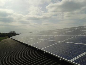 Zonnepanelen op golfplaten dak