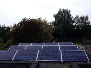 12 zonnepanelen op plat dak