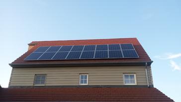 Zonnepanelen geplaatst in 2 rijen van 8 panelen.